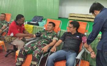 Komandan Kodim 1015 Sampit Letkol Inf I Gede Putra Yasa bersama Ketua PWI Kotim Andri Rizki Agustian saat mendonorkan darahnya, Selasa (29/8/2017).