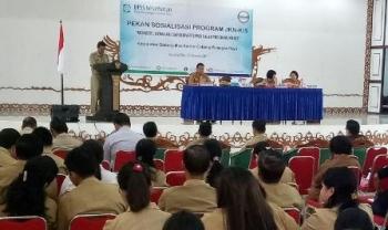 Asisten I Setda Gumas Ambo Jabar menyampaikan sambutan saat Sosialisasi BPJS Kesehatan Goes To Costumer dan Sosialisasi Pengganti Kartu Jamkesmas PBI-APBN di GPU Damang Batu, Kuala Kurun, Selasa (29/8/2017).