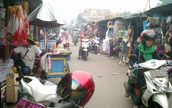 Suasana Pasar Kasongan tampak ramai dikunjungi warga mendekati Idul Adha Selasa (29/8/2017)