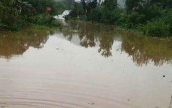 Banjir menggenangi jalan negara di daerah Nyalang kecamatan delang