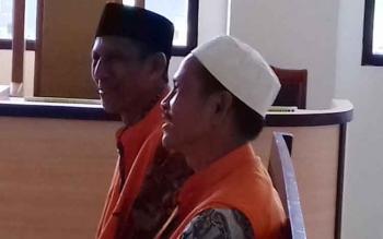 Jali Junaid (59) dan Abdul Hakim (52) saat menjalani sidang di Pengadilan Negeri Sampit