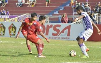 Dua pemain Kalteng Putra (merah) mencoba membayangi pemain Persik Kediri yang terlihat menggocek bola, Selasa (29/8/2017) sore