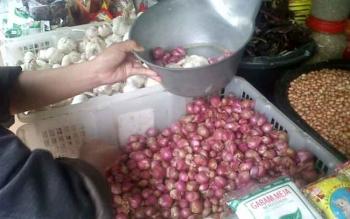 Harga bawang merah dan putih menjelang Idul Adha di Kasongan turun menjadi Rp26 ribu per kilogram.