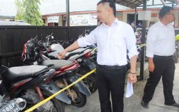 Anggota Polres Barito Utara menunjukkan kendaraan yang dicuri tersangka L dan N