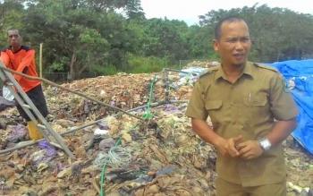 Kepala Bidang Pertamanan dan Kebersihan Dinas PUPRPKP Kabupaten Kapuas Ahmad Isnaeni saat berada di tempat pembuangan akhir (TPA) sampah.