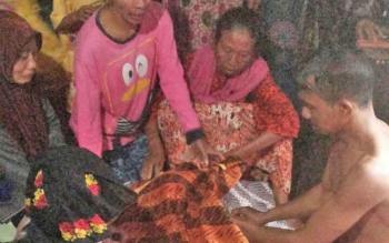 Jajaran Polsek Kapuas Murung dan warga Desa Tajepan saat mengevakuasi korban tenggelam, Masliannor (48), Selasa (29/8/2017) sore.