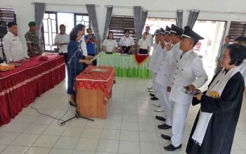 Camat Sepang Rosalia ketika memandu pengambilan sumpah dan janji pejabat kepala desa, Rabu (30/8/2017).