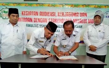 Kepala BNN Kota Palangka Raya, Muhammad Soedja\'i dan Dekan Fakultas Ushuluddin Adab dan Dakwah, Abubakar menandatangani MoU di ruang BNNK, Jalan Tangkasiang, Palangka Raya, Rabu (30/8/2017).