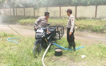 Anggota Polsek Kumai sedang mengetes motor modifikasi sebagai alat semprot air guna mengatasi karhutla.