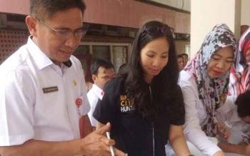 Kadisdik Kalteng Slamet Winaryo sesaat usai tes narkoba yang berlangsung di samping gedung Disdik Kalteng, Rabu (30/8/2017)