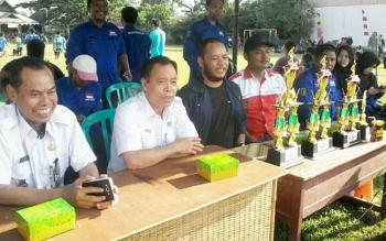 Bupati Sakariyas didampingi Camat Katingan Hilir Ardiansyah dan Ketua Karang Taruna Lutfi Fauzi menyaksikan final sepakbola U 12 di Lapangan Gagah Lurus Kasongan, Rabu (30/8/2017).