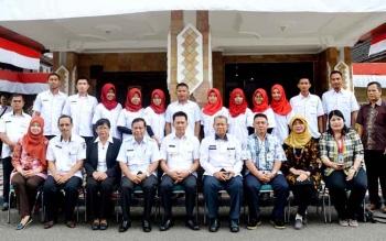Bupati Barito Utara, H Nadalsyah bersama Sekda Jainal Abidin serta kepala dinas Kesehatan Robansyah foto bersama Tim Nusantara Sehat 2017