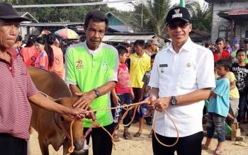 Bupati menyerahkan sapi kurban secara simbolis Kepada warga Kecamatan Laung Tuhup