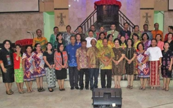 Bupati Kapuas Ben Brahim S Bahat didampingi istrinya Ary Egahni saat bersama pengurus LPPD, panitia, serta sebagian peserta Pesparawi di Gedung Geraja Sinta, Kuala Kapuas, Rabu (29/8/2017).