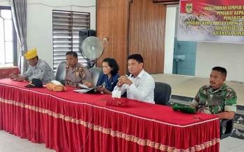 Kepala Dinas Pemberyaan Masyarakat dan Desa Kabupaten Gunung Mas Yulius Agau (baju putih).