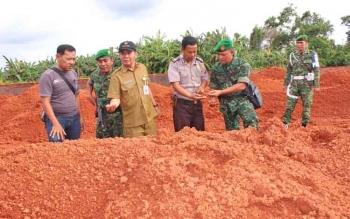 Kepala Dinas ESDM Kalteng Ermal Subhan (tiga kiri) saat memeriksa bahan tambang yang akan dibawa keluar Kalteng, beberapa waktu lalu.