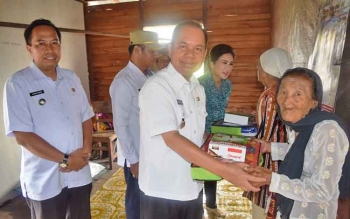 Bupati Kapuas Ben Brahim S Bahat didampingi Ketua Tim Penggerak PKK Kabupaten Kapuas Ary Egahni Ben Bahat memberikan bantuan kepada 30 lansia, di Desa Sei Tatas Hilir, Kecamatan Pulau Petak, Rabu (30/8/2017).