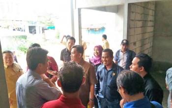 Sidak anggota DPRD Kotim Dapil II ke rumah jabatan bupati.