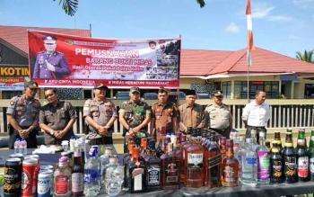 Pemusnahan barang bukti minuman keras ilegal di Polres Kotim, beberapa waktu lalu.
