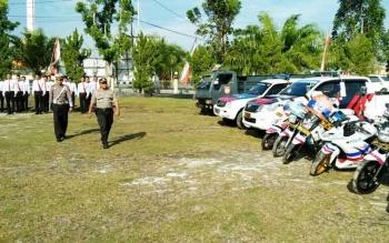 Wakapolres Sukamara, Kompol Rochmat Slamet saat melakukan pengecekan kesiapan personel dan sarana prasarana pengamanan Hari Raya Idul Adha 1438 H.
