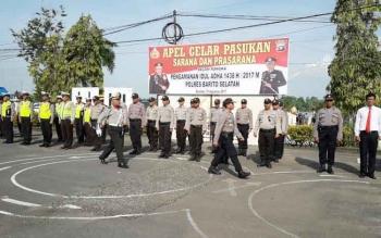 Wakapolres Barito Selatan Kompol Anak Agung Gde Wirata mengecek pasukan saat Apel Gelar Pasukan Pengamanan Idul Adha 1438 Hijiriah, Kamis (31/8/2017).