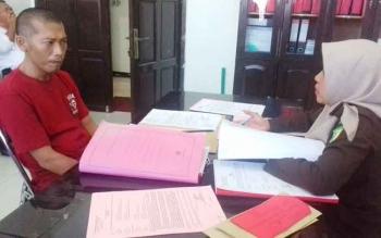 Kade Wali Sadie alias Kadek tersangka kasus penggelapan CPO saat diperiksa jaksa.