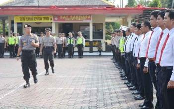 Kapolres Barito Utara AKBP Tato Pamungkas Suyono mencek kesiapan personel saat Apel Gelar Pasukan Pengamanan Idul Adha di halaman Polres, Kamis (31/8/2017).