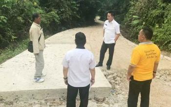 Bupati Barito Utara Nadalsyah saat memberikan arahan kepada Kapala Dinas PUPR Ferry Kusmiadi dan tim tekni saat meninjuan jalan Desa Sabuh, Kamis (31/8/2017).