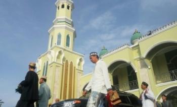 Jemaah salat Idul Adha 1438 Hijriah meninggalkan Masjid Agung Riyadlus Sholihin, Pangkalan Bun, Jumat (1/9/2017).