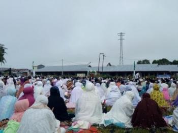 Suasana Salat Idul Adha di Halaman Koramil Sukamara, Jumat (1/9/2017)