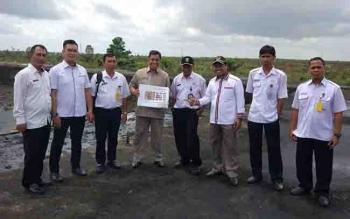 Anggota DPRD Kotim saat meninjau lokasi pembangunan Sport Center.