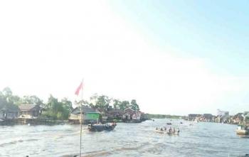 Masyarakat Sukamara saat perang air di Sungai Jelai dengan menggunakan kelotok, Jumat (1/9/2017)