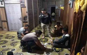 Kapolsek Parenggean Iptu Triono Raharjo bersama anggotanya saat melakukan penangkapan terhadap tersangka pengedar obat zenith, Jumat (1/9/2017)