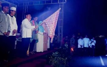 Bupati Kapuas Ir Be Brahim S Bahat, MM, MT.Mengangkat bendera star tanda dimulainya pawai takbir di depan Runjab Bupati Jalan Sudirman yang di ikuti oleh 205 peserta.