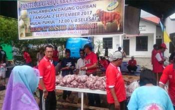 Ketua IJTI Kalteng Hamli Tulis saat menunggu warga yang hendak mengambil daging kurban, Sabtu (2/9/2017)