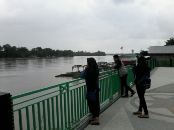 Sejumlah warga Kasongan menyaksikan kondisi terkini debit air Sungai Katingan di Taman Religi sekitar Jembatan Kasongan, Sabtu (2/9/2017).