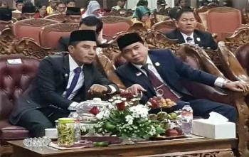 Ketua DPRD Kotim Jhon Krisli saat berbincang dengan Bupati Kotim, Supian Hadi