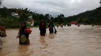 Warga Kelurahan Tapin Bini, Kecamatan Lamandau, Kabupaten Lamandau, terjebak banjir akibat meluapnya air sungai pascahujan lebat, belum lama ini.