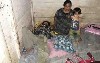 Siti mendampingi Sukarman, suaminya yang terbaring karena menderita penyakit langka.