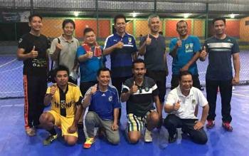 Bupati Barito Utara, Nadalsyah bersama sejumlah pejabat saat berolahraga futsal.