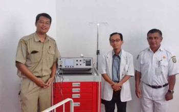 Dokter kejiwaan dr Dwi Harjo Suyanto dan dr Chairul Waro bersama kepala ruang kejiwaan, Ahmad Yani.