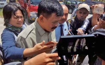 Anggota DPRD Kalteng, Yansen Binti diwawancarai sejumlah wartawan pascakeluar dari ruang Ditreskrimum Polda Kalteng, Senin (4/9/2017) siang.