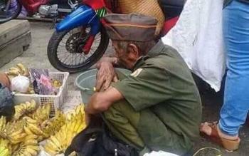 Kakek yang berjualan pisang dengan memakai seragam veteran viral di medsos.
