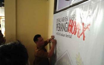 PLT Sekda Kotim Halikinnor saat menandatangani deklarasi bersama perangi hoax.