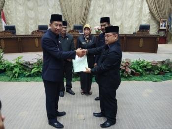 Bupati Barito Utara Nadalsyah menyerahkan materi rancangan KUPA - PPAS kepada Ketua DPRD Set Enus Y Mebas pada Rapat Paripurna, Senin (4/9/2017).