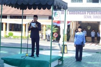 Bupati Barito Utara Nadalsyah saat berpidato pada apel gabungan di halaman kantor Setda, Senin (4/9/2017).