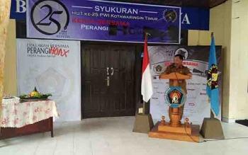 Plt Sekda Kotim Halikinnor, memberikan sambutan dalam syukuran HUT ke-25 PWI Kotim.