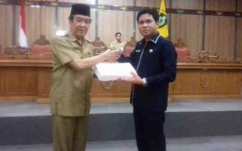Wakil Bupati Kotim HM Taufiq Mukri menyerahkan draf Raperda APBD Perubahan 2017 ke Ketua DPRD Kotim Jhon Krisli.