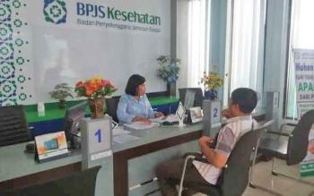 Petugas BPJS Kesehatan sedang melayani warga