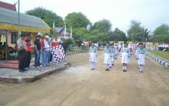 Bupati Sukamara, Ahmad Dirman saat melepas peserta lomba gerak jalan di halaman kantor Dinsos PMDPP-PA Sukamara.